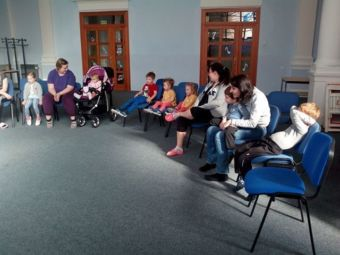 Děti a maminky zpívají v naší kapli